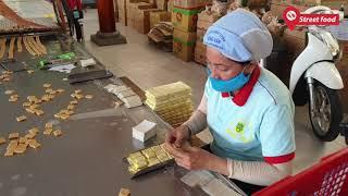 Người phụ nữ xếp kẹo dừa siêu đẳng, tay thoăn thoắt như máy