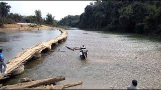 River Crossing In Laos (www.australiatwin.it)