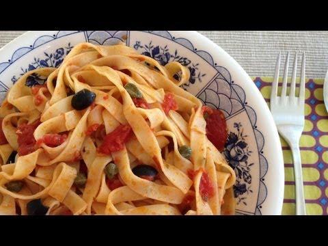 Fettuccine Alla Puttanesca (tomate, anchoas, aceitunas negras y alcaparras)