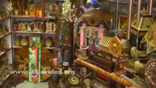 Wooden handicraft shops in Lakkar Bazaar