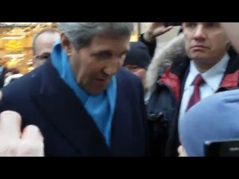 , title : 'Госсекретарь Джон Керри на Арбате купил янтарь и познакомился с москвичами'