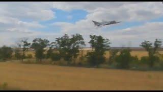 Украина. Зона АТО. Су-24 на сверхнизкой высоте охотится на террористов.