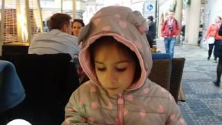 ЛАУРА ест пиццу в Праге