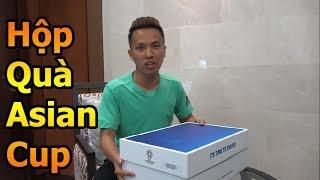Đỗ Kim Phúc mở hộp quà được giải Asian Cup 2019 tặng để cổ vũ ĐT Việt Nam