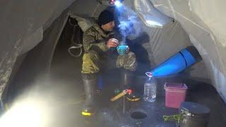 НОЧНАЯ РЫБАЛКА НА ЛЬДУ. В палатке тепло и уютно. Попал на яму, где много рыбы.