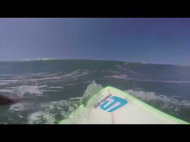 Surfer swallowed by massive wave  // Surfista engolido por onda gigante