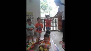 Bé 2 tuổi học múa hát