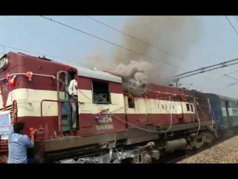 धौलाधार एक्सप्रेस के इंजन में लगी आग | Dhauladhar Express