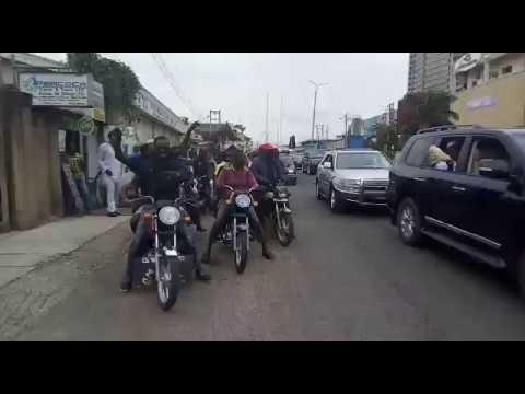 Download New OBAS: Ibadan Residents Stop Olubadan's Convoy, Lead Him Home