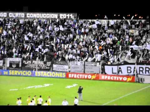 """ESTUDIANTES 1 vs. almagro 0:  Salida del Pincha a la cancha"" Barra: La Barra de Caseros • Club: Club Atlético Estudiantes"