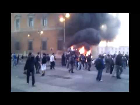 Roma, 15 Ottobre 2011, i manifestanti danno fuoco a una camionetta dei carabinieri.
