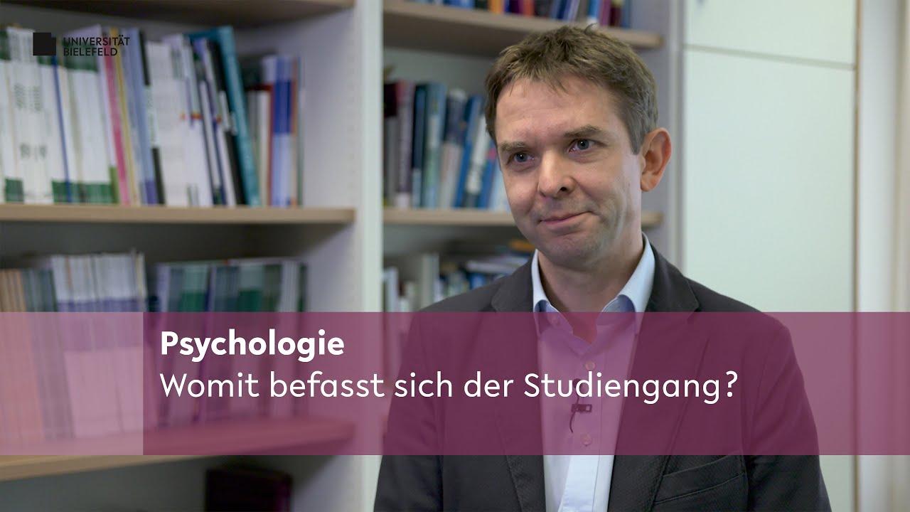 Dargestellt ist Prof. Dr. Frank Neuner, der darüber berichtet, womit sich der Studiengang Psychologie befasst.