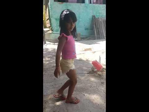 Menina dançando MC Kevinho