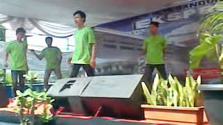 preview picture of video 'Infinity Raverz Shuffle Crew  @Pensi SMPN 15 Bandung'