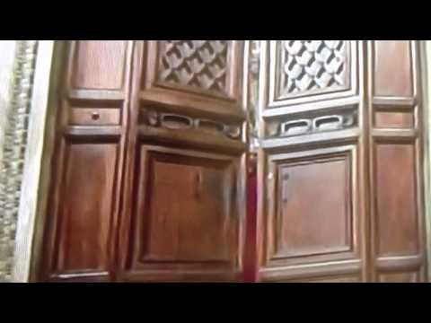 Il maestro delle cerimonie chiude le porte del conclave