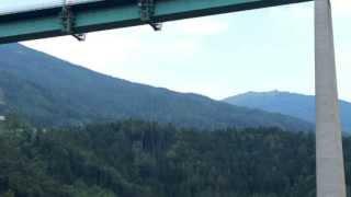 preview picture of video 'Bungee Jumping Europabrücke Brennerautobahn bei Innsbruck 3.8.2013'