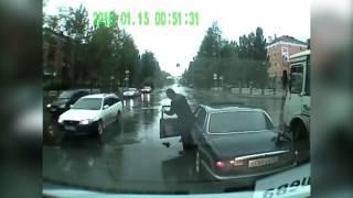 мужчина в Асбесте забрал с дороги сбитого котёнка