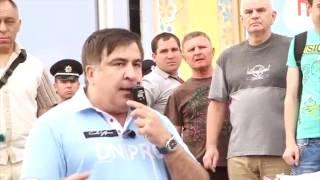 Люди побили бросившего в Саакашвили зеленку