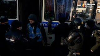 Rusia: Poliţia arestează persoane adunate în faţa tribunalului ce urmează să se pronunţe în cazul Navalnîi