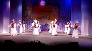На сцене Народный коллектив эстрадного танца «Танцевальная графика», город Житикара.