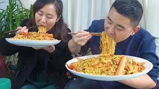 """""""Seafood noodles"""" with garlic, 5 packets of instant noodles, 500g seafood, couples have fun!"""
