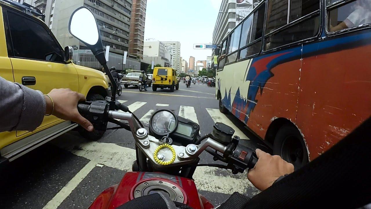 Caraqueños optan por motos para sortear el tráfico