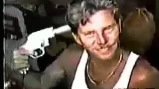 Смотреть онлайн Мужчина стреляет себе в голову из пистолета