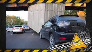 Контейнер ударился о пешеходный мост и упал на машину