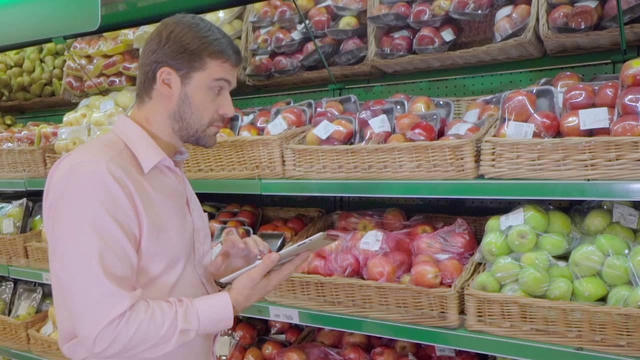 Video-Thumbnail von Werbespot: Energiemanager neben Einkaufswagen an Obst-/Gemüsetheke im Supermarkt