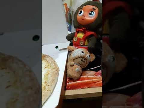 Чебурашка ест додо пицца, половинки: Моцарелла-Брынза, и Крейзи пепперони. Asmr, обзор еды. Dodo