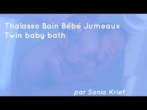 Khoảnh khắc 2 thiên thần bé nhỏ tắm sau khi sinh