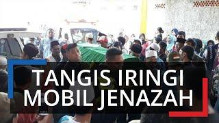 Tangis Ratusan Warga Iringi Kedatangan Ambulans Pembawa Jenazah Korban Kecelakaan Bus di Subang