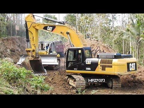 BIG Digger Excavator Bulldozer Digging Road
