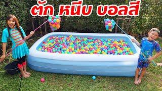 บรีแอนน่า | แข่ง ตัก หนีบ ลูกบอลสีในสระเป่าลมชาเลนจ์ | Brianna vs Chic Chic Channel - dooclip.me
