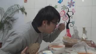 Японец в гостях у русских. Японец пробует русскую еду.