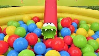 Мультики для детей. Игры Ам Няма: бассейн с шариками.