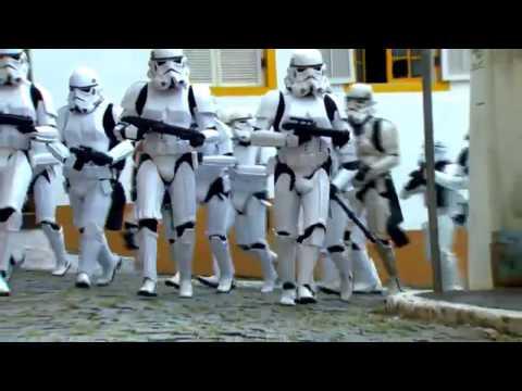 Darth Vader y Soldados Imperiales asustan a Ciudadanos