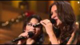 Vanessa Hudgens, Ne-Yo & Katharine McPhee - Santa Claus is Coming to Town (live)