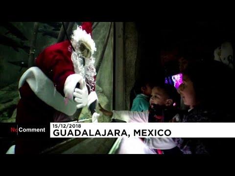 العرب اليوم - شاهد:سانتا كلاوس في المكسيك يسبح مع الأسماك