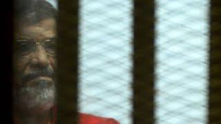 محمد مرسي.. من حياةٍ كرئيسٍ لمصر إلى موتٍ في قاعة محكمة!!