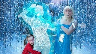 Игрушечный Патруль: Настоящая Эльза заморозила Сашу!