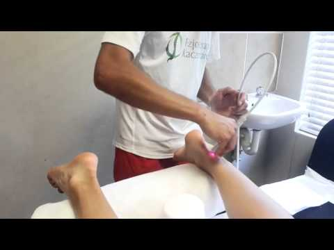 Wpadać na szczycie kości stopy podczas noszenia obuwia napięty