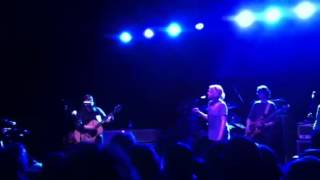 "Breeders with Tanya Donelly play ""Happiness is a Warm Gun"""