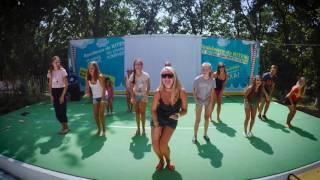 Все танцуют Чику-Рику в лагере ВМЕСТЕ