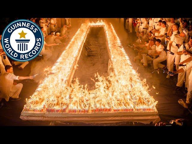72.585 شمعة تحترق في كعكة عيد ميلاد