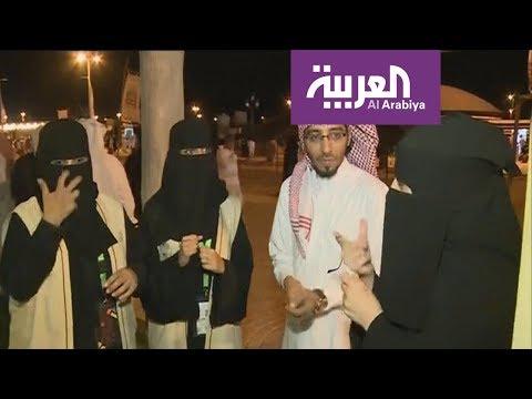 العرب اليوم - شاهد:شعراء عكاظ يتحدثون لغة الإشارة على أيادي السعوديات