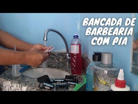 LIMPEZA DO MATERIAL DE CORTAR CABELO E O LAVATRIO NA BANCADA DO BARBEIRO