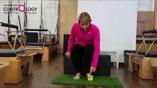 תרגול לחיזוק כפות הרגליים עם כדור טניס