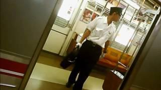 電車で熟睡している男性。その時、車掌さんがとった行動。