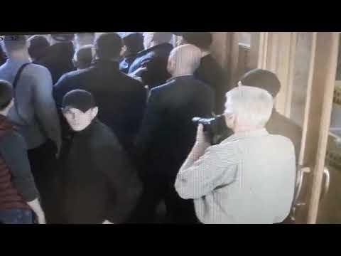 Невідомі особи виламали двері до міської ратуші Львова та ввірвались всередину